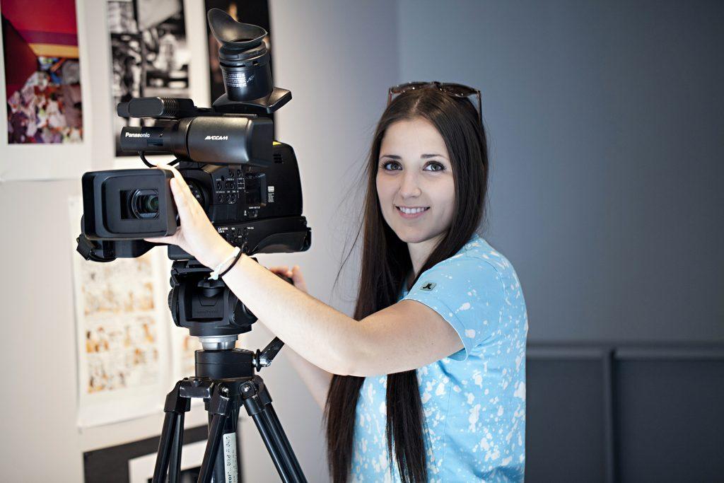 Étudiante derrière une caméra vidéo du programme Arts, lettres et communication du cégep Gérald-Godin . Profil cinéma, médias et histoire de l'art