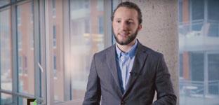 Mike Boutin, ancien étudiant du programme électronique programmable et robotique du cégep Gérald-Godin, est désormais le fondateur et président de l'entreprise Innove2learn. Le glucomètre de simulation d'Innov2learn offre aux étudiants des scénarios d'apprentissages plus réalistes et plus simples à intégrer